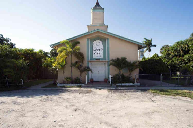Le centre islamique de Fort Pierce (Floride), la mosquée fréquentée régulièrement par Omar Mateen, depuis son enfance. C'est ici qu'il est venu se recueillir avec son fils de trois ans le vendredi précédant l'attaque. C'est aussi ici qu'était venu le premier américain mort dans un attentat suicide en Syrie en 2014. C'est ici encore qu'était venu l'un des 19 membres d'Al-Qaida responsables des attentats du 11-Septembre. Trois d'entre eux s'étaient installés dans la petite localité voisine de Vero Beach.