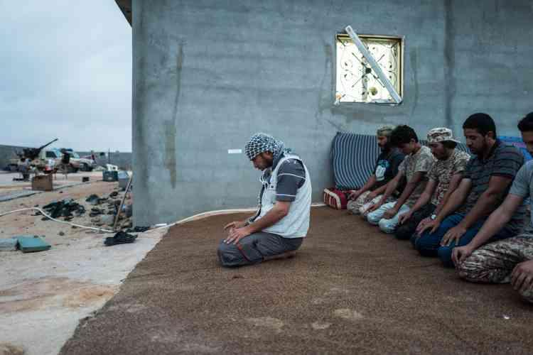 Le 20 juin. Des combattants de la katiba« El Marsa» de Misrata prient avant la rupture du jeûne.