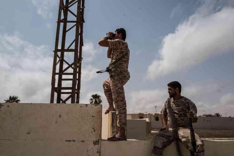 Le 21 juin. Des soldats surveillent les mouvements de l'EI dans Syrte.