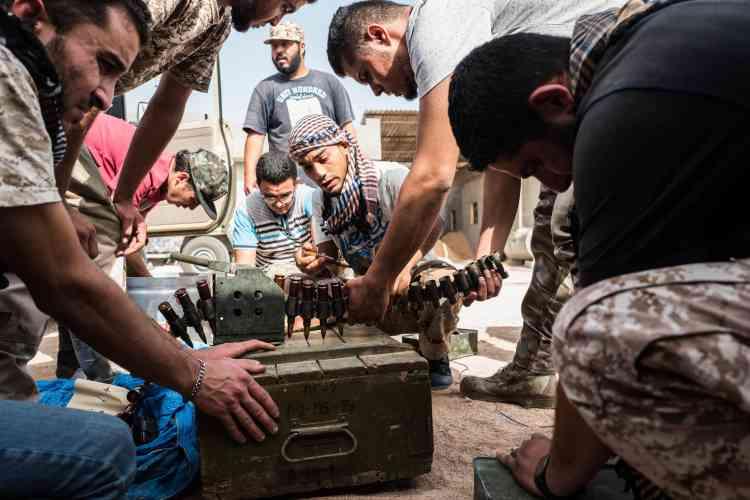 Le 21 juin, des combattants de Misrata préparent les munitions d'une mitrailleuse lourde.