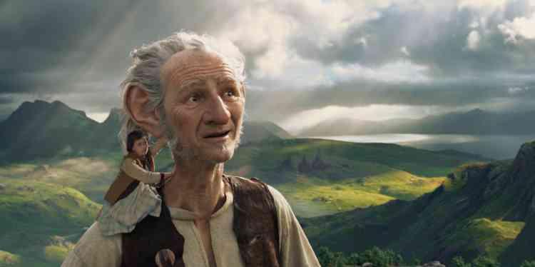 Cette adaptation du Bon Gros Géant, classique de la littérature enfantine signée du célèbre écrivain gallois Roal Dahl scelle la rencontre entre une petite orpheline et un gentil géant raffiné, qui invente malgré lui une langue merveilleuse, totalement tordue. Au travail poétique sur les mots qui faisait la beauté du livre, Steven Spielberg substitue une mise en scène spectaculaire qu'il déploie dans une imagerie particulièrement laide.