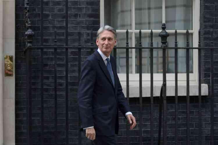 Elle a nommé Philip Hammond ministre britannique des finances. Il devient ainsi le numéro deux de son gouvernement.Le nouveau chancelier de l'Échiquier, 60 ans, succède ainsi à George Osborne, qui quitte le gouvernement.