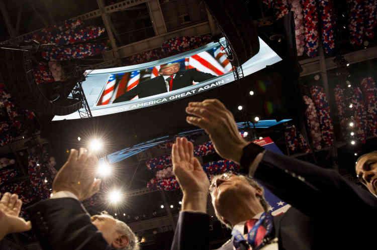 Donald Trump a parlé 75 minutes au dernier jour de la convention, jeudi 21 juillet. Dans le programme initial, le magnat de l'immobilier ne devaitparlerque 38 minutes. Il s'est pourtant globalement tenu à un texte lu par le biais de téléprompteurs que le site Politico, bénéficiant d'une fuite, avait mis en ligne quelques heures avant l'allocution.