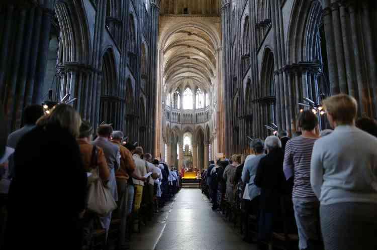 Après la venue de chrétiens pour la prière du vendredi à la mosquée de Saint-Etienne-du-Rouvray, c'était au tour des musulmans de franchir le porche de l'église pourcommunier avec les catholiques à la mémoire duPère Jacques Hamel.