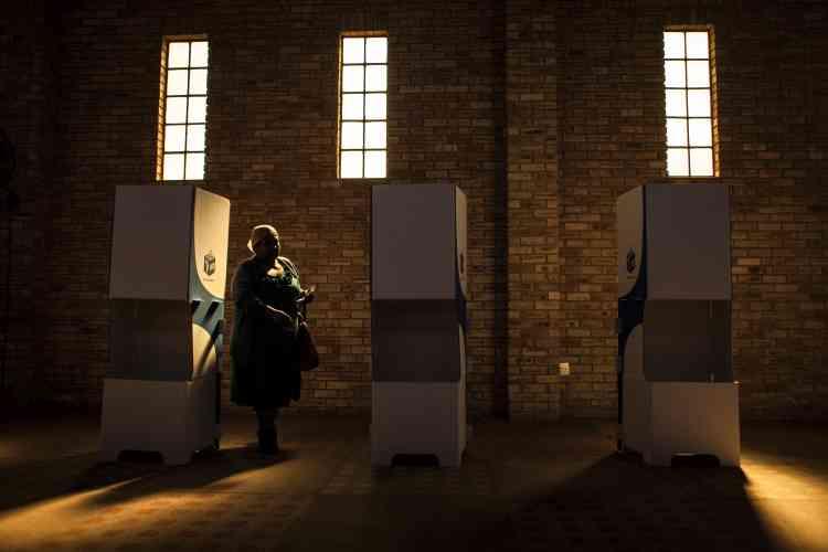 Une femme s'apprête à déposer son bulletin dans le bureau de vote du parc de la liberté à Soweto, le 3 août.