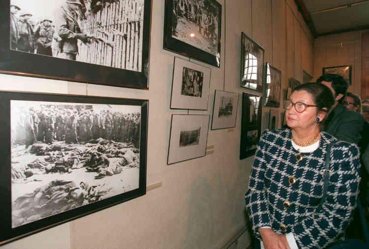 Simone Veil, alors ministre de la santé et des affaires sociales, visite l'exposition « La déportation, le système concentrationnaire » au Musée d'histoire contemporaine, à Paris, le 4 avril 1995.