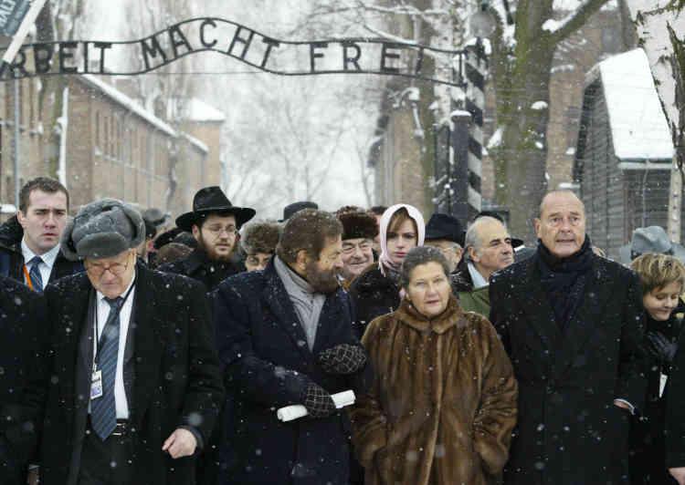 Avec Jacques Chirac et Marek Halter lors du soixantième anniversaire de la libération du plus grand camp de concentration,Auschwitz-Birkenau, le 27 janvier 2005.
