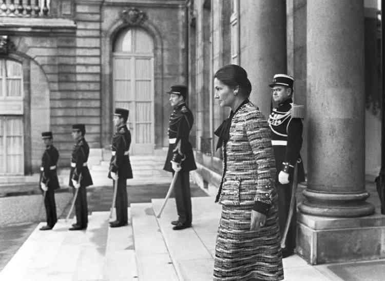 Simone Veil, alors ministre de la santé, quitte le palais de l'Elysée à l'issue d'un entretien avec Valery Giscard d'Estaing, président de la République, après l'adoption par l'Assemblée nationale de son projet de loi sur l'interruption volontaire de grossesse,le 29 novembre 1974 à Paris.