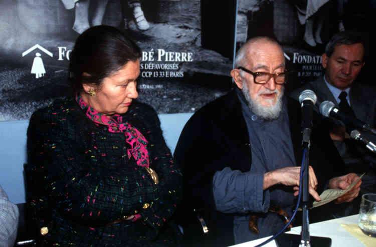 En compagnie de l'Abbé Pierre lors de l'ouverture d'un nouveau centre pour sans abris, à Paris, le 23 novembre 1993.