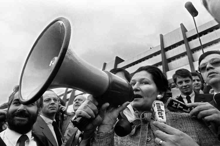 Simone Veil s'adresse aux agriculteurs venus manifesterdevant le Parlement européen à Strasbourg, le 25 mars 1980.