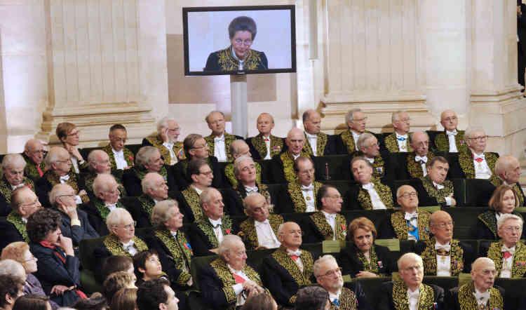 Les membres de l'Académie française écoutent le discoursSimone Veil, le 18 mars 2010. Agée de 82 ans, elle est la sixième femme à rejoindre les membres de l'Académie.