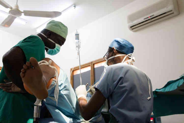 Début de l'opération. Le médecin qui a réalisé l'anesthésie localeassiste le chirurgien.
