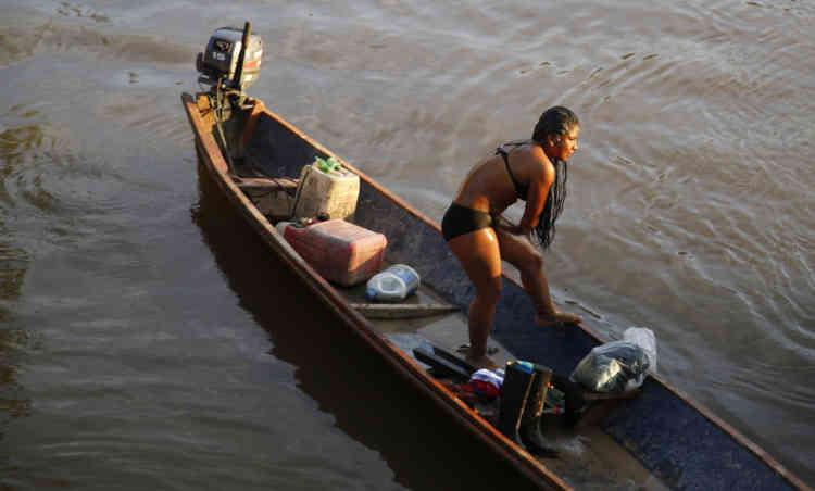 Une combattante du 49e front se baigne dans la rivière Mecaya, dans la jungle de Putumayo. Après le cessez-le-feu avec le gouvernement, des centaines de guérilleros ont passé les derniers mois dans des camps semi-permanents.