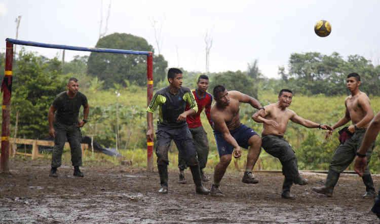 Des guérilleros du 48e front jouent au football, une scène inimaginable il y a encore quelques mois à cause des risques encourus.