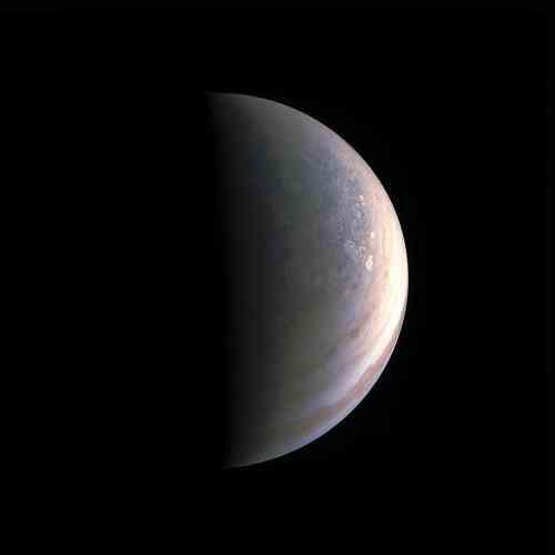 La sonde américaine Juno est arrivée en orbite autour de la géante gazeuse en juillet, révélant de nouveaux clichés spectaculaires. Son objectif est notamment d'étudier l'atmosphère et la météo, mais aussi le champ magnétique et la gravité de la plus grande des planètes, dont la formation et l'histoire restent mystérieuses. Les survols continueront jusqu'en2018.