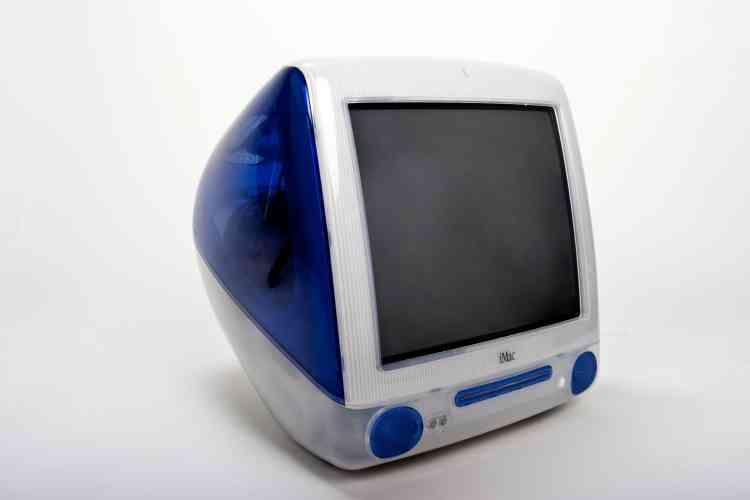 A son retour chez Apple en 1997, Steve Jobs rencontre Jonathan Ive, chef du service design d'Apple,qui lui présente un prototype d'iMac. Enthousiaste, Jobs décide de commercialiser dés 1998 ce produit au dessin baroque, dont le succès lancera la renaissance de la marque à la pomme.