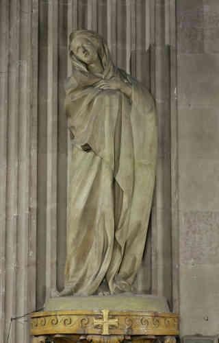 La «Vierge de douleur»est l'une des 24sculptures monumentales disposées dans le chœur de Saint-Sulpice, à la demande du curé de la paroisse, Languet de Cergy. Déposées à la Révolution, les statues furent replacées en 1802, dans un orde différent. Le Louvre en expose deux, la Vierge et le Christ.
