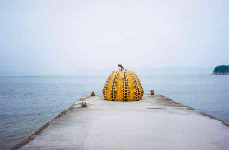 «Pumpkin» de Yayoi Kusama fait partie des œuvres exposées en extérieur de la Benesse House.