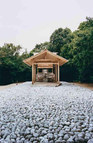 Dans le cadre du Art House Project, à Naoshima, l'artiste Hiroshi Sugimoto a transformé le sanctuaire Go'o Shrine. Il a achevé son œuvre, «Appropriate Proportion», en 2002.