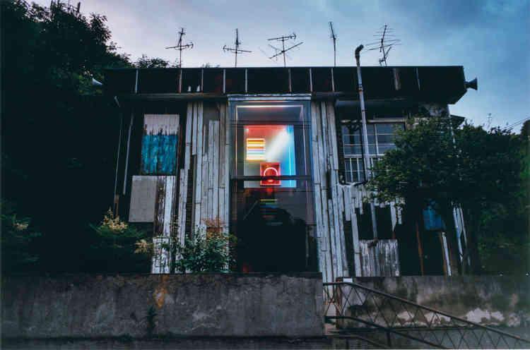 Développé pour le Art House Project, le projet Haisha (« dentiste ») a été confié à Shinro Ohtake. En 2006, l'artiste a métamorphosé cet ancien cabinet dentaire. Sa réalisation, «Dreaming Tongue/Bokkon Nozoki», réunit sculptures, collages, peintures…