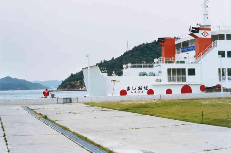 Près de trois mille œuvres d'art jalonnent les côtes des îles de la mer intérieure de Seto, au Japon. L'initiative de la Fondation Fukutake et Benesse a permis de développer le tourisme et d'enrayer le déclin démographique sur les îles de Teshima, Inujima et surtout Naoshima (ici, l'arrivée en bateau à Naoshima).