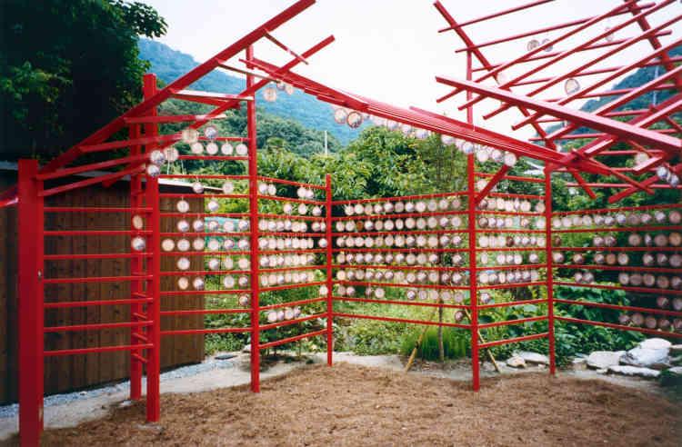 Le Teshima 8 Million Lab sur l'île de Teshima conçu par l'artiste Sputniko ! et les architectes Yuri Naruse et Jun Inokuma