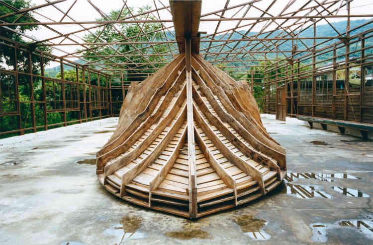 Sur Teshima, la «Needle factory» de Shinro Ohtake a été créée en 2016. Elle est installée dans une ancienne usine à aiguilles fermée dans les années 1980. L'artiste aimaginé la juxtaposition de cette structure avec un moule destiné à la fabrication de bâteaux de pêche.
