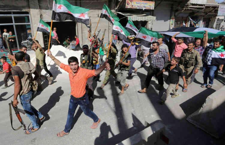 Des civilset des combattants rebelles manifestent leur solidarité avec l'Armée syrienne libre et la population d'Alep, dans la ville d'Azaz, le 27 septembre.