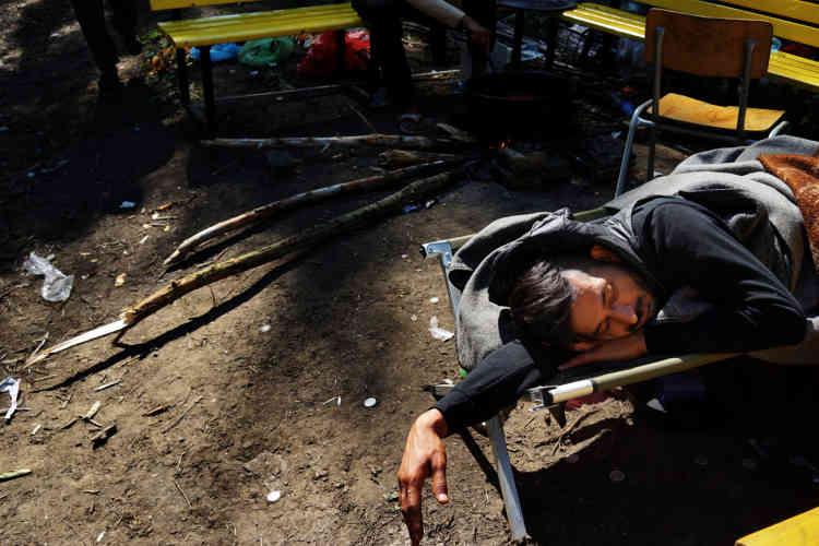 Un Pakistanais fait une sieste.