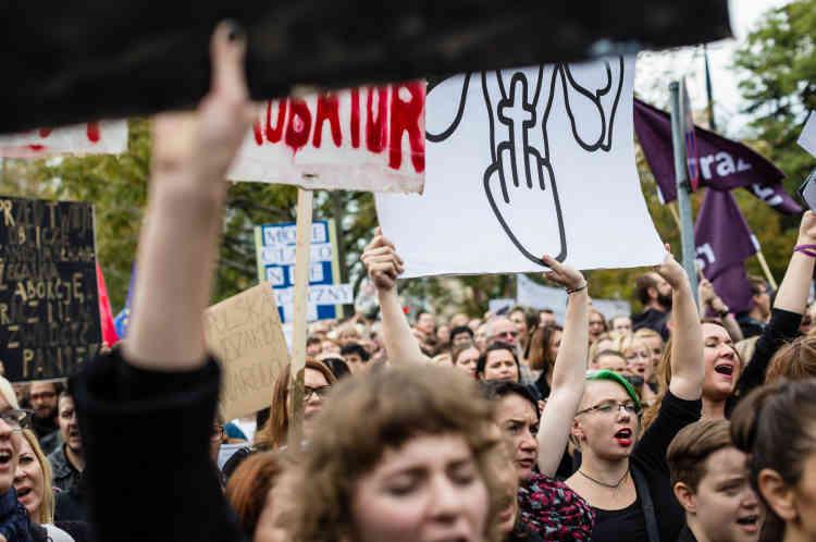 Vêtus de noir, les manifestants se sont réunis à l'appel du comité Sauvons les femmes sous le mot d'ordre «Fini les blagues! ». Les manifestants ont brandi des drapeaux noirs et des pancartes: «Stop aux fanatiques au pouvoir», «On a besoin de soins médicaux, non pas de ceux du Vatican» ou «On veut des médecins, non pas des policiers».