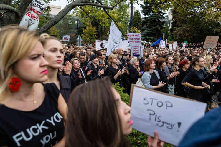 Les manifestants protestent contre un projet de loi visant à rendre passible d'une peine de prison la pratique de l'avortement.Varsovie, le 1er octobre 2016.