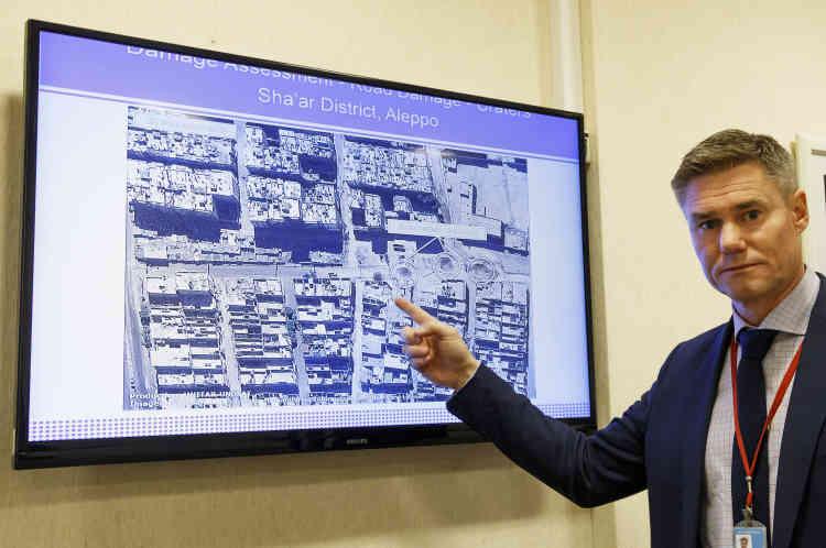 Einar Bjorgo, gestionnaire Unosat, montre une image satellite d'une route détruite d'un quartier à Alep, prise le 26 septembre 2016.