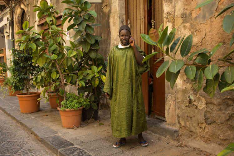 Un homme d'origine sénégalaise devant son habitation, dans le quartier SanBerillo Vecchia, quartier de la communauté africaine.