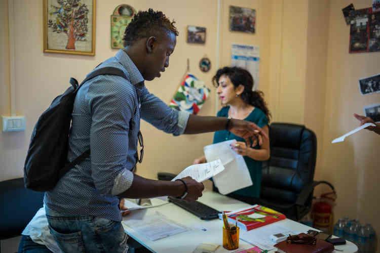 Un centre procure des aides aux transports et pour les différentes démarches administratives. La population d'origineafricaine récemment arrivée fait appel à ses services, comme les Italiens les plus démunis.