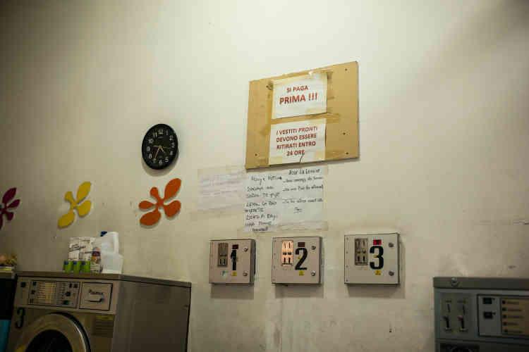 Sur un des murs de la laverie, les instructions sont écrites dans différentes langues, destinées aux différentes nationalités qui peuplent le quartier.Erythréens et Sénégalais représentent les deux communautés les plus importantes.