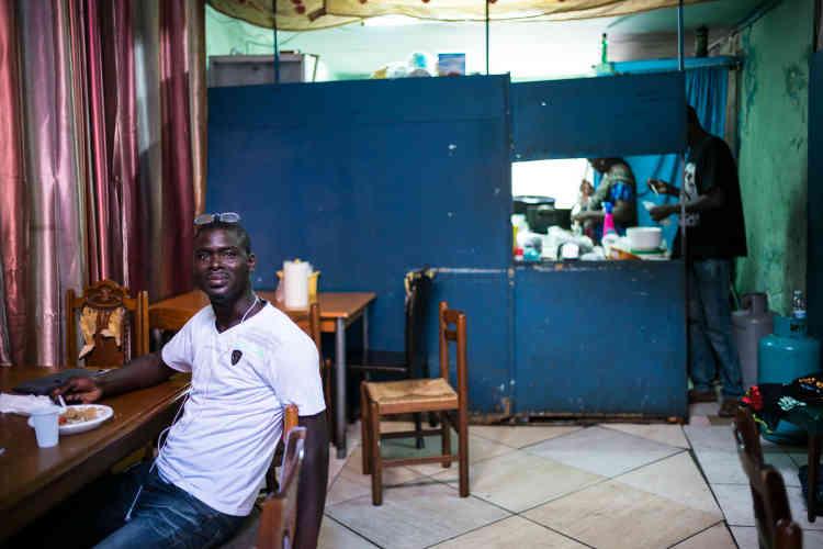 Un restaurant sénégalais, dans le quartier SanBerillo Vecchia. L'instauration de visas pour limiter les entrées de Sénégalais en France et en Allemagne, en 1988, a entraîné un report massif sur la Sicile.