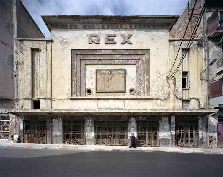 «Malgré une grande culture cinématographique, les salles de cinéma sont pratiquement toutes fermées en Algérie. Seules subsistent aujourd'hui les carcasses de ces salles qui firent rêver et voyager tant de spectateurs. »