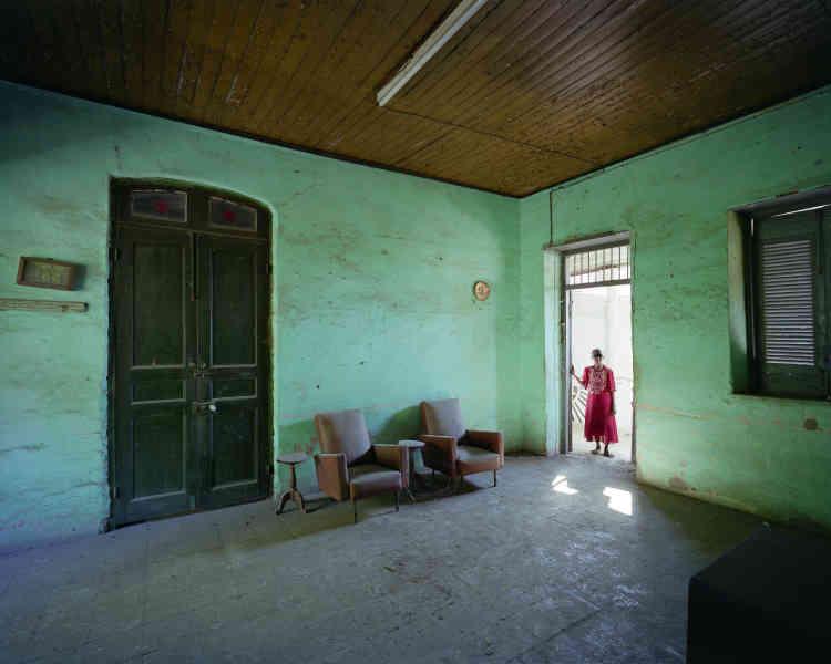 «Au petit matin, les portes cochères des rues de Mahajanga sont ouvertes. C'est l'occasion de rencontrer les habitants et de leur demander de visiter leurs maisons. Celle-ci est habitée par une famille de l'ethnie Karana (originaire d'Inde). »