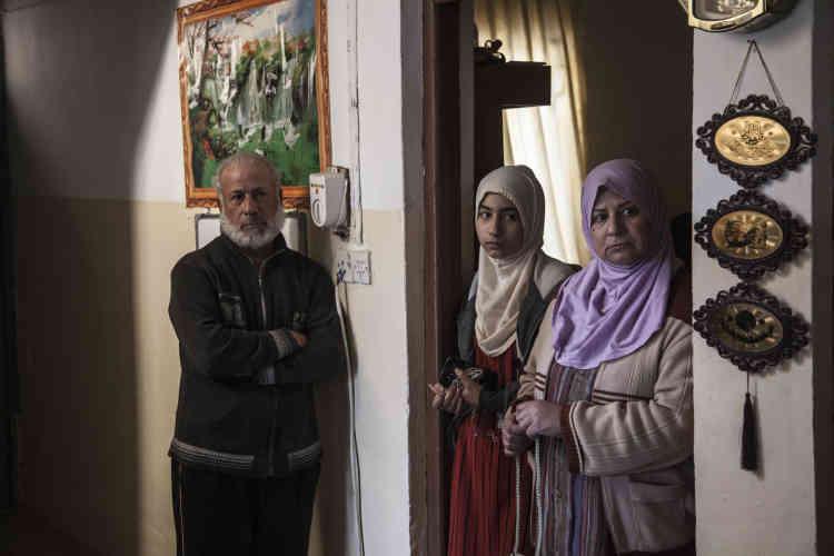 Les habitants des quartiers Est de la ville n'ont pas bougé depuis l'arrivée de l'EI. Faute de moyens et d'énergie, bon nombre ne quitteront pas leur domicile. Certains trouveront refuge dans de la famille ou chez des amis, dans des endroits plus sûrs, comme dans les villes faubourgs de Bazwaya ou de Khazir.