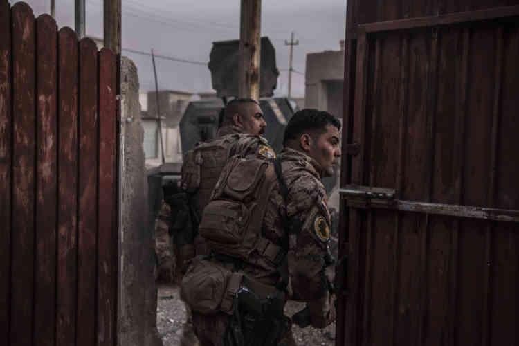 Le premier jour dans le quartier Saddam a laissé un goût amer à la « Golden Division». Après plusieurs heures d'offensive, et une percée sans encombre, la tête de colonne a été attaquée une fois revenue dans un endroit qu'elle pensait sécurisé. Deux véhicules piégés ont touché quatre blindés et les soldats restés autour.