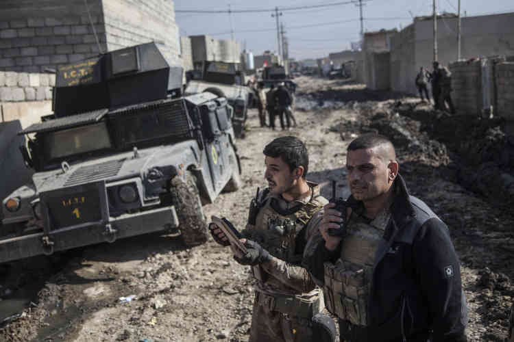 Le major Salam (à droite sur la photo), qui commande la colonne des forces spéciales, coordonne la trajectoire des bulldozers, les blindés du convoi, les troupes environnantes et les frappes aériennes de la coalition.