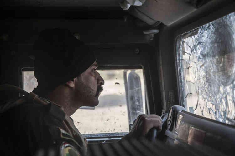 Dans le quartier de Saddam, le 6 novembre. Dans le second blindé de la colonne de la«Golden Division». Le quartier est encore occupé par les combattants de l'EI.