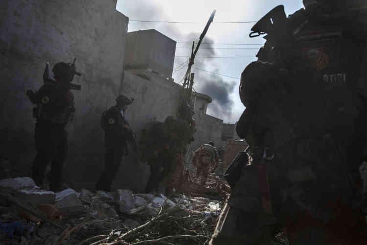 Un détachement de la «Golden Division» avance dans le quartier de Saddam.