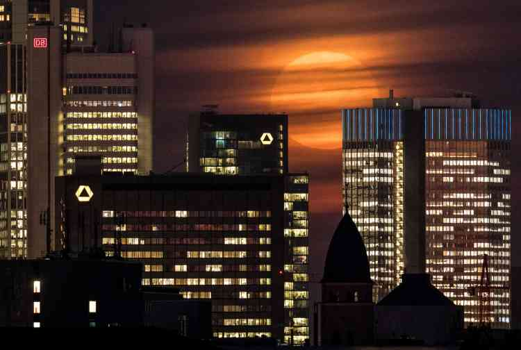 Lever de Lune à Francfort-sur-le-Main, en Allemagne.