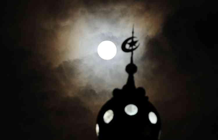 La pleine Lune à son périgée au-dessus de Banda Aceh, en Indonésie.