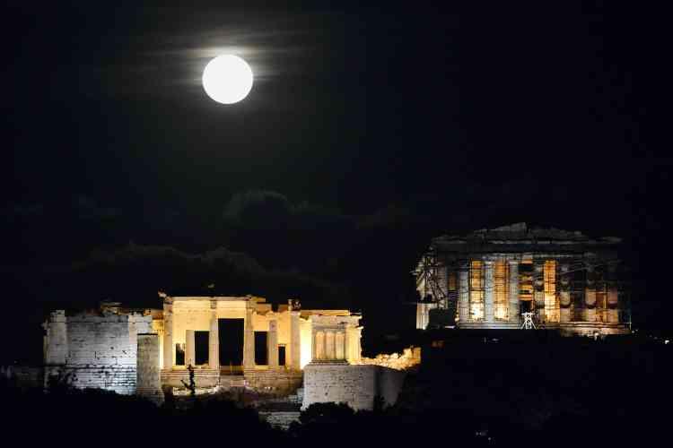 Au-dessus de l'Acropole, à Athènes, en Grèce.