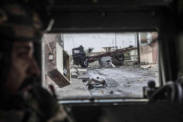Des barrages sont formés pour bloquer la route aux potentielles voitures-suicides. Mossoul, le 8 novembre.