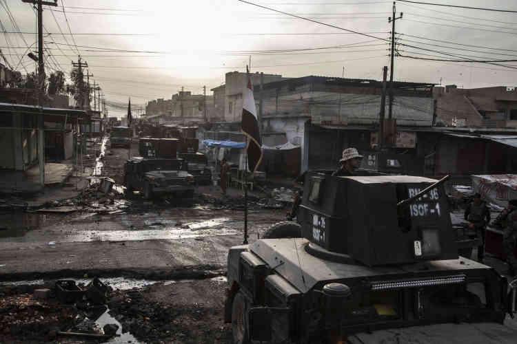 Après avoir pris position dans le quartier de Saddam, les hommes de la Golden Division circulent à découvert. Mossoul, le 9 novembre.