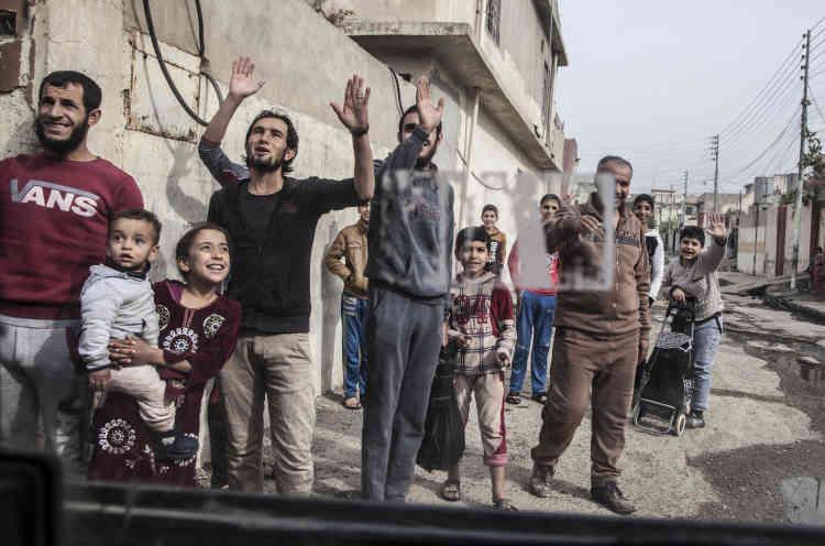 Les habitants du quartier Saddam accueillent les forces spéciales. Mossoul, le10 novembre.
