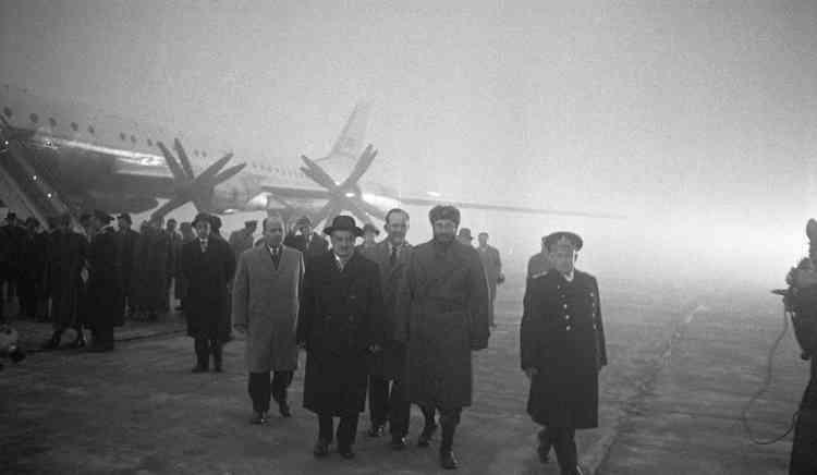 Fidel Castro effectue une véritable tournée à travers l'URSS au printemps 1963. Il est ici à Mourmansk, le 27 avril. Son séjour se terminera par quelques jours de repos dans le sud du pays.